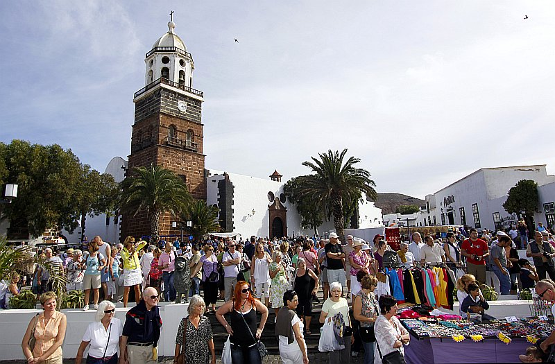 The town of Teguise, in Lanzarote, becomes a great open air market town every Sunday morning from 9:00 to 14:00
