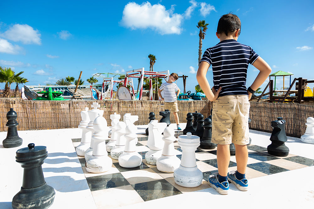 Giant chess play